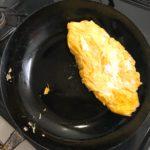 鉄のフライパンのガンコな焦げ!紙ヤスリでしっかりと落とすとオムレツがうまく焼けたよ